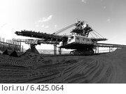 Купить «Крутонаклонный консольный штабелер на гусеничном ходу для перевалки угля», эксклюзивное фото № 6425064, снято 10 июля 2014 г. (c) Валерий Акулич / Фотобанк Лори
