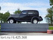 Ретро-автомобиль черный на помосте вид сбоку (2014 год). Редакционное фото, фотограф Мария Бурыхина / Фотобанк Лори