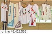 Купить «Продажа вышитых женских сорочек на ярмарке народных ремесел», фото № 6425536, снято 15 августа 2014 г. (c) Ирина Борсученко / Фотобанк Лори