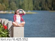 Купить «Красивая девушка смотрит в даль», фото № 6425552, снято 21 августа 2014 г. (c) Pukhov K / Фотобанк Лори