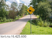Купить «Предупреждающий дорожный знак», фото № 6425600, снято 18 августа 2014 г. (c) Pukhov K / Фотобанк Лори