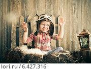 Купить «Счастливый ребенок играет в шлеме пилота», фото № 6427316, снято 23 апреля 2018 г. (c) Дарья Петренко / Фотобанк Лори