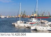 Купить «Прогулочные катера и яхты в порту, Варна, Болгария», фото № 6428064, снято 20 июля 2014 г. (c) EugeneSergeev / Фотобанк Лори