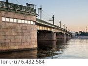 Купить «Санкт-Петербург, Литейный мост», фото № 6432584, снято 9 сентября 2014 г. (c) Роман Сибиряков / Фотобанк Лори