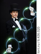 Купить «magician showing trick with linking rings», фото № 6436020, снято 12 сентября 2013 г. (c) Syda Productions / Фотобанк Лори