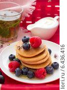 Оладьи с ягодами, мёдом и сметаной в плетённой корзине. Стоковое фото, фотограф Ольга Лепёшкина / Фотобанк Лори