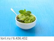 Пюре из зелёного горошка с мятой в белой миске на голубом фоне. Стоковое фото, фотограф Ольга Лепёшкина / Фотобанк Лори