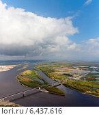 Купить «Новый мост через реку Вах, приток Оби, вид сверху», фото № 6437616, снято 14 сентября 2014 г. (c) Владимир Мельников / Фотобанк Лори