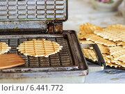 Домашние вафли в вафельнице. С пылу с жару. Стоковое фото, фотограф Александр Самолетов / Фотобанк Лори