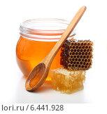 Купить «Банка меда, медовые соты и деревянная ложка», фото № 6441928, снято 24 марта 2014 г. (c) Валентина Разумова / Фотобанк Лори
