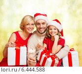 Купить «smiling family holding gift boxes and sparkles», фото № 6444588, снято 26 октября 2013 г. (c) Syda Productions / Фотобанк Лори