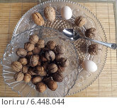 Грецкие орехи размером с куриное яйцо на стеклянном блюде. Стоковое фото, фотограф Тамара Климова / Фотобанк Лори