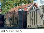 Купить «Дом с красной черепичной крышей за забором», эксклюзивное фото № 6448872, снято 26 сентября 2014 г. (c) Svet / Фотобанк Лори