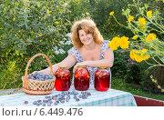 Купить «Женщина с банками сливового компота на даче», фото № 6449476, снято 6 августа 2014 г. (c) Володина Ольга / Фотобанк Лори