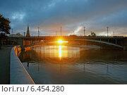 Утренний пейзаж Москвы, первые лучи солнца под мостом через Москву-реку (2014 год). Стоковое фото, фотограф Роман Бабакин / Фотобанк Лори
