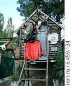 """Баба - Яга в зоопарке """"Сказка"""" (Ялта, Крым) (2009 год). Редакционное фото, фотограф Анатолий Киренков / Фотобанк Лори"""