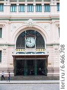 Купить «Main entrance of Saigon Central Post Office, Vietnam», фото № 6466708, снято 14 июля 2014 г. (c) Александр Подшивалов / Фотобанк Лори