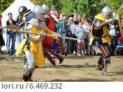 Средневековые рыцари в реконструкции боя (2013 год). Редакционное фото, фотограф Роман Палтахиенти / Фотобанк Лори