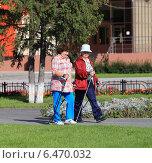 Купить «Ходьба по городу по-скандинавски», эксклюзивное фото № 6470032, снято 14 августа 2014 г. (c) Анатолий Матвейчук / Фотобанк Лори