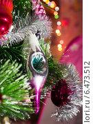 Купить «Елочная игрушка на елке», фото № 6473512, снято 3 января 2014 г. (c) Любовь Назарова / Фотобанк Лори