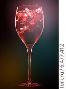 Купить «Красный алкогольный коктейль с кубиками льда на темном фоне. Концепт вечеринки, дискотеки, винной карты.», фото № 6477412, снято 26 мая 2020 г. (c) Дарья Зуйкова / Фотобанк Лори