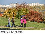 Купить «Люди гуляют в Коломенском парке», эксклюзивное фото № 6478036, снято 30 сентября 2014 г. (c) lana1501 / Фотобанк Лори