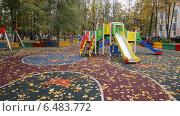 Купить «Красиво оформленная детская площадка, засыпанная осенними листьями. Город Химки, Московская область», эксклюзивное фото № 6483772, снято 30 сентября 2014 г. (c) Тамара Заводскова / Фотобанк Лори