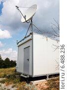 Купить «Белая спутниковая антенна на небольшой станции наблюдения», фото № 6488236, снято 18 июля 2014 г. (c) EugeneSergeev / Фотобанк Лори