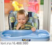 Купить «Little boy having a meal.», фото № 6488980, снято 8 апреля 2020 г. (c) BE&W Photo / Фотобанк Лори