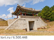 Купить «Северные ворота Bukmun (реконструкция) замка Тоннэ в Пусане, Южная Корея», фото № 6500448, снято 25 сентября 2014 г. (c) Иван Марчук / Фотобанк Лори