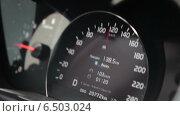 Купить «Автомобильный спидометр, показывающий скорость 120 км в час», видеоролик № 6503024, снято 30 сентября 2014 г. (c) Кекяляйнен Андрей / Фотобанк Лори