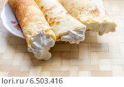 Купить «Блины со сметаной на тарелке», фото № 6503416, снято 2 марта 2014 г. (c) Любовь Назарова / Фотобанк Лори