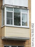 Просторный пластиковый балкон с внутренними жалюзи в старом доме. Стоковое фото, фотограф Михаил Хорошкин / Фотобанк Лори