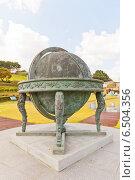 Купить «Звездный глобус Honsang в Научном парке на территории замка Тоннэ в Пусане, Южная Корея. Парк создан в честь Jang Yeong-sil, корейского ученого и астронома XIV в.», фото № 6504356, снято 25 сентября 2014 г. (c) Иван Марчук / Фотобанк Лори
