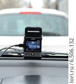 Купить «Видеорегистратор автомобильный gmini magiceye HD300 ведет видеозапись дорожной обстановки», фото № 6506132, снято 31 января 2013 г. (c) Олег Пчелов / Фотобанк Лори