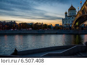 Москва-река вечером у храма Христа Спасителя. Стоковое фото, фотограф Александр Маркин / Фотобанк Лори