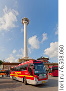 Купить «Экскурсионный автобус возле Пусанской башни в парке Yongdusan в Пусане, Южная Корея», фото № 6508060, снято 25 сентября 2014 г. (c) Иван Марчук / Фотобанк Лори