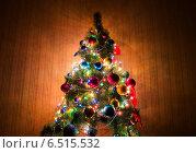 Купить «Christmas tree in dark room», фото № 6515532, снято 6 января 2014 г. (c) Elnur / Фотобанк Лори