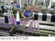 Купить «Женщина-ткачиха выравнивает нить. Прядильная фабрика, город Балашиха», эксклюзивное фото № 6517124, снято 10 октября 2014 г. (c) Дмитрий Неумоин / Фотобанк Лори