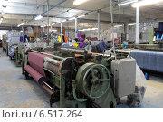Купить «Рабочий ткацкий станок в цехе. Прядильная фабрика город Балашиха», эксклюзивное фото № 6517264, снято 10 октября 2014 г. (c) Дмитрий Неумоин / Фотобанк Лори