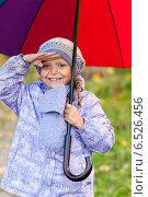 Купить «Девочка с зонтиком», фото № 6526456, снято 6 октября 2013 г. (c) Анастасия Лукьянова / Фотобанк Лори