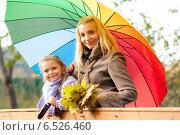 Купить «Мама с дочкой под одним зонтом стоят на мосту», фото № 6526460, снято 6 октября 2013 г. (c) Анастасия Лукьянова / Фотобанк Лори