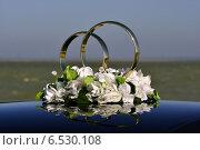 Свадебные кольца на автомобиле, украшение. Стоковое фото, фотограф Roman.melnikeysk / Фотобанк Лори