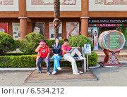 Купить «Люди отдыхают на скамейке со скульптурой корейской актрисы Чхве Джи У возле Пусанской башни в парке Yongdusan в Пусане, Южная Корея», фото № 6534212, снято 25 сентября 2014 г. (c) Иван Марчук / Фотобанк Лори