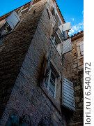 Каменный дом с белыми ставнями на окнах (2014 год). Стоковое фото, фотограф Татьяна Мирохина / Фотобанк Лори