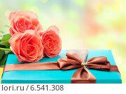 Красивая подарочная коробка и розы. Стоковое фото, фотограф Светлана Витковская / Фотобанк Лори
