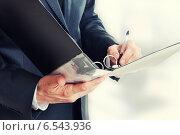 Купить «Папка для документов в руках бизнесмена крупным планом», фото № 6543936, снято 20 февраля 2011 г. (c) katalinks / Фотобанк Лори