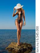 Очень стройная и сексуальная женщина с шикарной фигурой стоит на пляже на фоне моря. Стоковое фото, фотограф Майер Георгий Владимирович / Фотобанк Лори