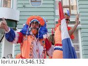 Голландские футбольные болельщики на параде к стадиону перед игрой (2012 год). Редакционное фото, фотограф Эдуард Данилов / Фотобанк Лори