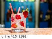 Купить «Стакан клубничного мохито на столе», фото № 6549992, снято 30 июля 2014 г. (c) Екатерина Молчанова / Фотобанк Лори